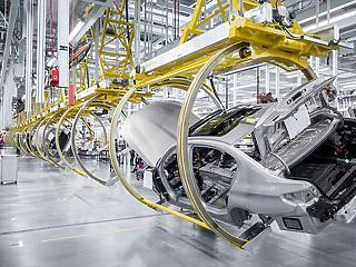 Indulhat a BMW-gyár építése