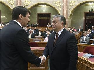 Áder felkérte Orbánt, igen, ARRA
