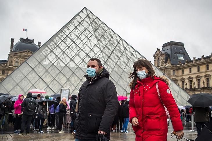 Szájmaszkot viselő látogatók várakoznak a párizsi Louvre múzeum bejárata előtt 2020. március 2-án. MTI/EPA/Christophe Petit Tesson