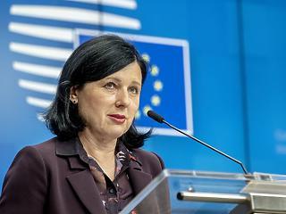 Jourová: az EU nem tűrheti a lengyel médiára nehezedő politikai nyomást