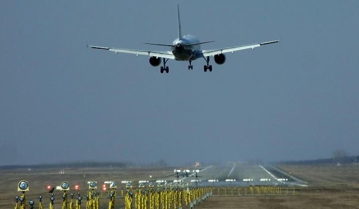 Landolás Ferihegyen. (Fotó: MTI)