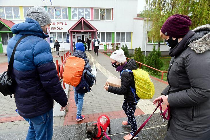 Hétfőtől már nem csak alsósok lesznek az általános iskolákban - a szülőket is visszahívják a munkahelyekre. MTI/Koszticsák Szilárd