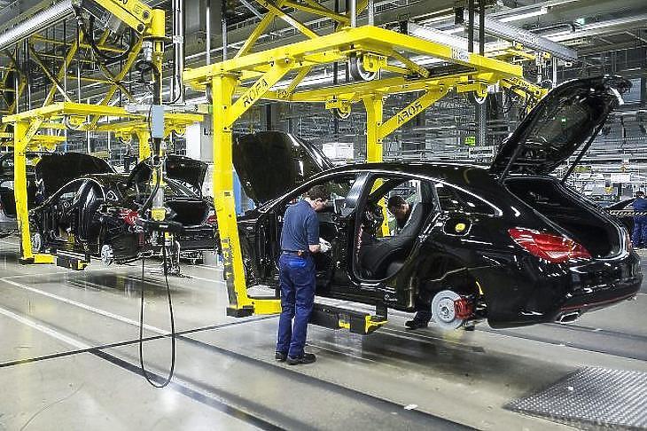 Dolgozó a Mercedes-Benz kecskeméti gyárában. (MTI Fotó/Ujvári Sándor)