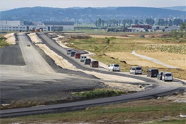 Buszokkal viszik körbe az épülő zalaegerszegi járműipari tesztpálya első nyílt napján az érdeklődőket 2018. május 19-én. (MTI / Varga György)