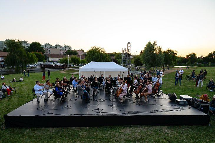 Az Alba Regia Szimfonikus Zenekar szabadtéri koncertet ad a székesfehérvári Csónakázó-tó partján 2020. július 12-én. Hamarosan raktárba is vonulhatnak. MTI/Vasvári Tamás