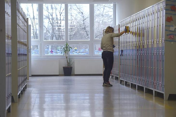 Egy dolgozó fertőtlenítőszerrel takarítja a szekrényeket a Magyar-Kínai Két Tanítási Nyelvű Általános Iskola és Gimnáziumban a XV. kerületi Neptun utcában 2020. március 13-án. MTI/Bruzák Noémi