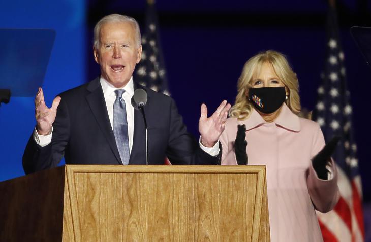 Joe Biden, a Demokrata Párt elnökjelöltje beszédet mond felesége, Jill Biden társaságában. (Fotó: MTI/EPA/Jim Lo Scalzo)