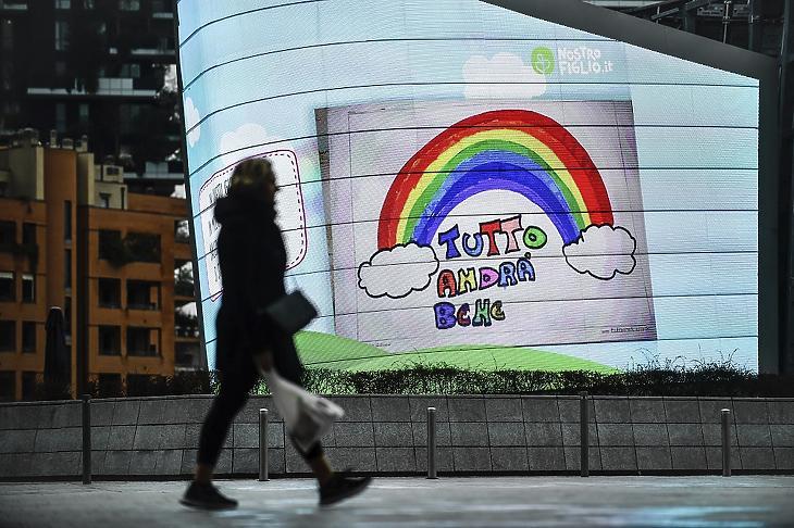 """""""Minden rendben lesz"""" jelentésű felirat olvasható egy plakáton Milánóban 2020. március 14-én. Az új koronavírus terjedésének megfékezésére az olasz kormány több nagyvárosban kijárási tilalmat rendelt el, de az emberek egyre nehezebben bírják a bezártságot, nő az engedély nélkül kimozdulók száma. MTI/AP/Luca Bruno"""