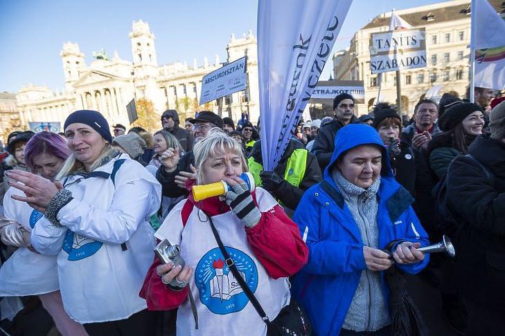 A Pedagógusok Szakszervezetének országos demonstrációja a Kossuth téren 2019. november 30-án. (Fotó: MTI/Mónus Márton)
