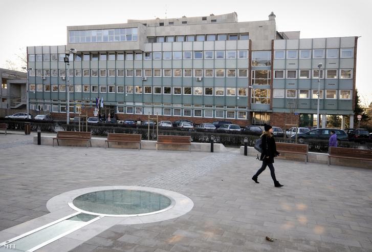 A tatabányai polgármesteri hivatal épülete a főtéren (Fotó: MTI)