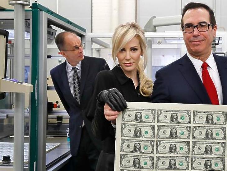 Steven Mnuchin és felesége egy korábbi felvételen új dollár bankjegyekkel