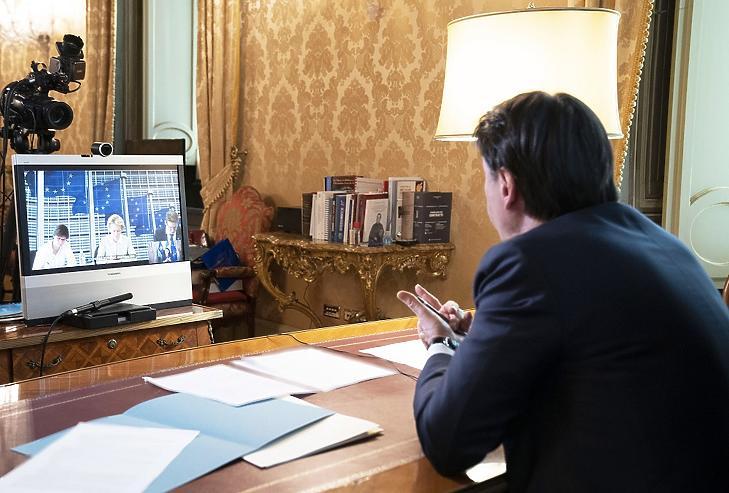 Az olasz elnöki hivatal sajtóirodája által közreadott képen Giuseppe Conte olasz miniszterelnök videokonferenciát tart Ursula von der Leyennel, az Európai Bizottság elnökével a tüdőgyulladást okozó koronavírus terjedésével kapcsolatban a római kormányfői rezidencián, a Chigi-palotában 2020. március 11-én. MTI/EPA/Olasz elnöki hivatal sajtóirodája/Filippo Attili