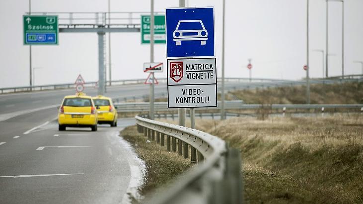 Több helyen találkozhatunk januártól ilyen táblával (Illusztráció MTI fotó)