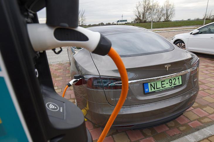 Az elektromos töltőállomásokat is fejleszti a Shell  (Illusztráció - Fotó: MTI/Varga György)