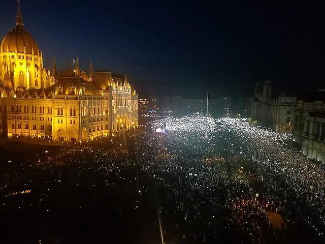 Egy civil fotója a tüntetésről