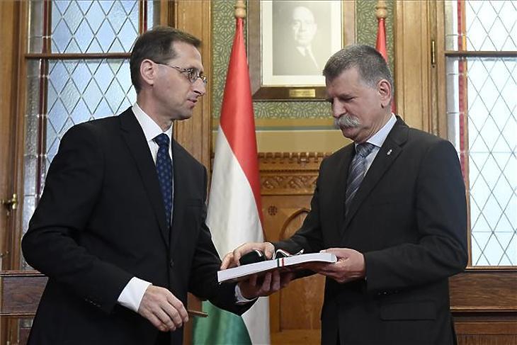 Varga Mihály és Kövér László házelnök a 2020-as költségvetési javaslat parlamenti átadásakor