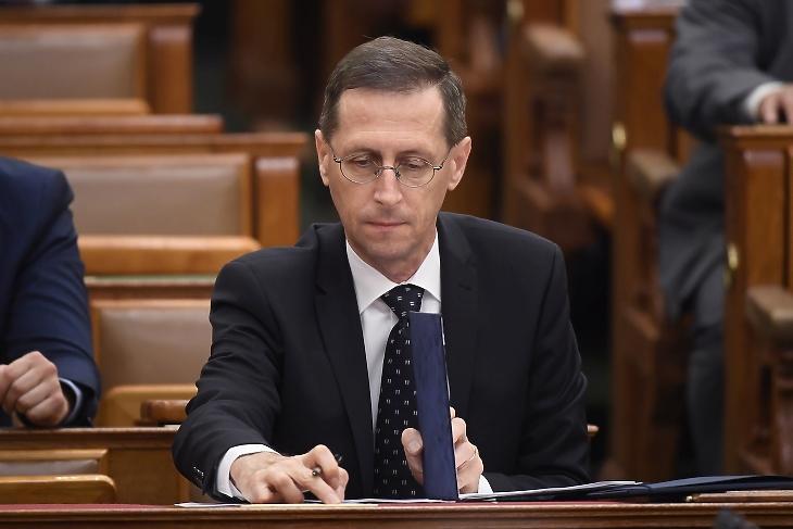 Varga Mihály pénzügyminiszter a 2021-es költségvetés elfogadásáról szóló szavazáson, az Országgyűlés plenáris ülésén 2020. július 3-án. MTI/Kovács Tamás