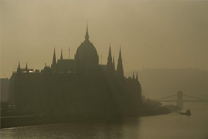 Az Országház ködös időben Budapesten 2019. december 16-án. (Fotó: MTI/Balogh Zoltán)
