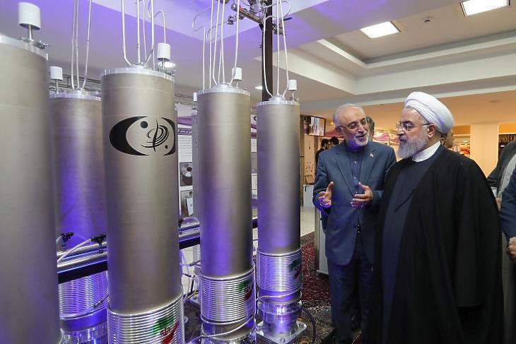 Hasszán Rohani iráni elnök és az iráni atomenergia-ügyi szervezet elnöke, Ali Akbar Szalehi 2019-ben Teheránban, a Nemzeti Nukleáris Technológia Napján. Fotó: EPA / Iráni Elnöki Hivatal