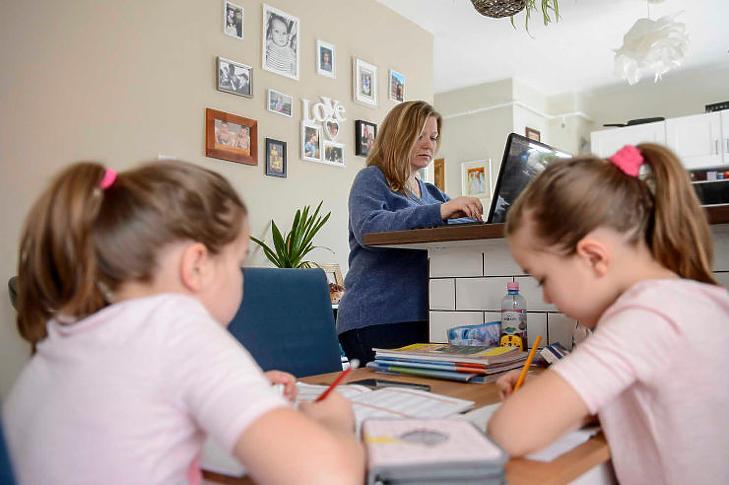 A szülőktől is sok energiát kíván a digitális oktatás (Fotó: MTI/Komka Péter)