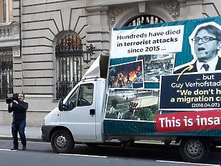 Itt a csattanós válasz: a Kormányinfó után debütált a kormány Verhofstadt-kritikus furgonja