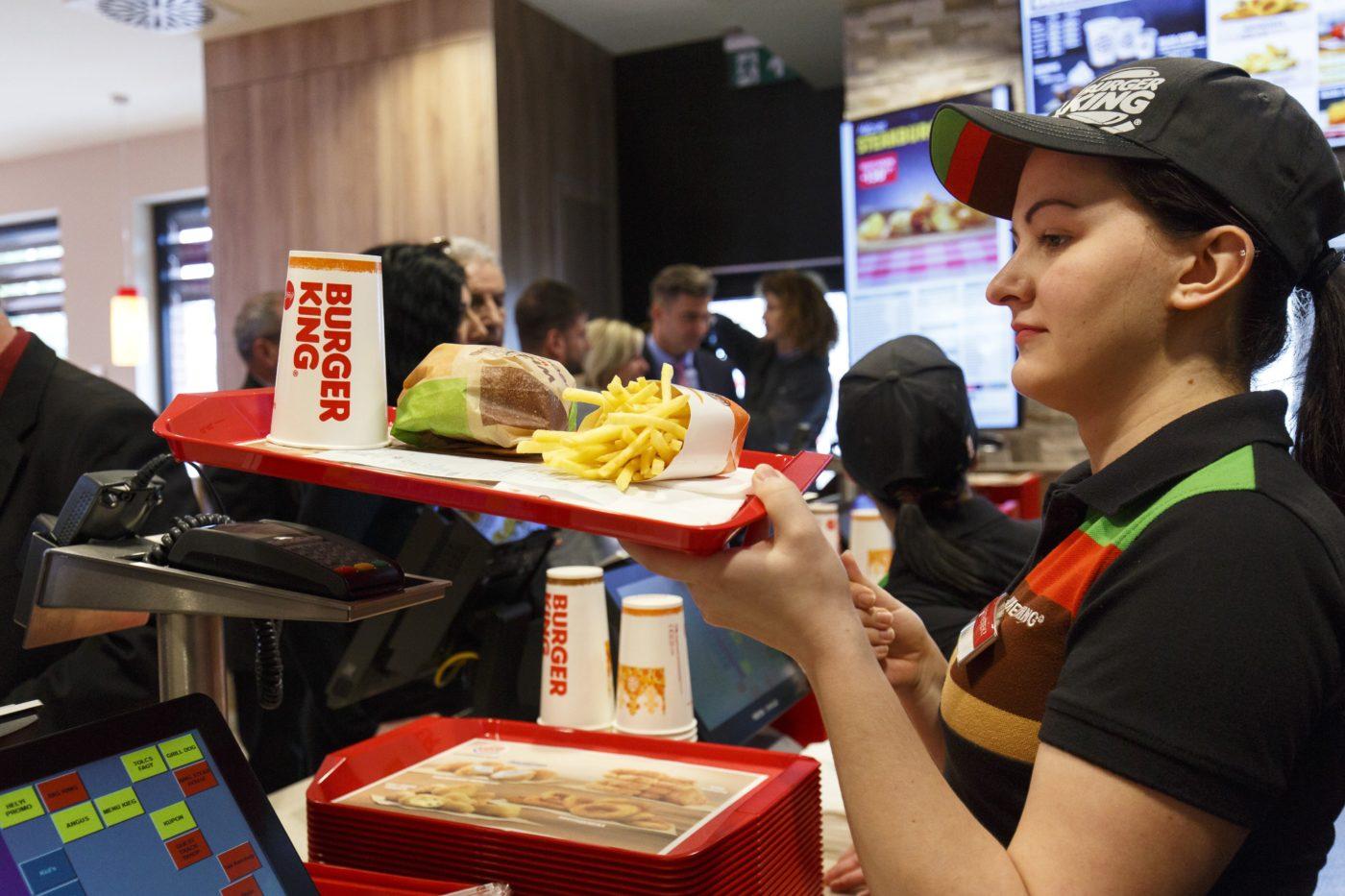 Egy Burger King-dolgozó a gyorsétteremlánc zalaegerszegi egységének nyitónapján. (MTI/Varga György)