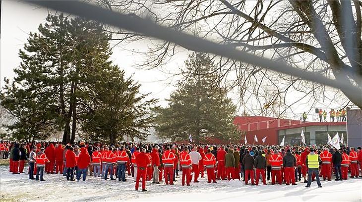 Dolgozók az egyhetes sztrájk megkezdésén a győri Audi Hungaria Zrt. gyárudvarán (MTI fotó - Krizsán Csaba)