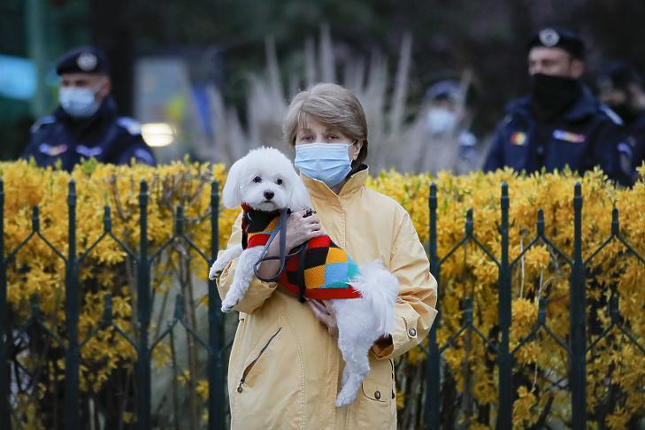 Április elején tüntetők tiltakoztak a koronavírus-járvány miatt érvényben lévő korlátozó intézkedések ellen Bukarestben (Fotó: MTI/AP/Vadim Ghirda)