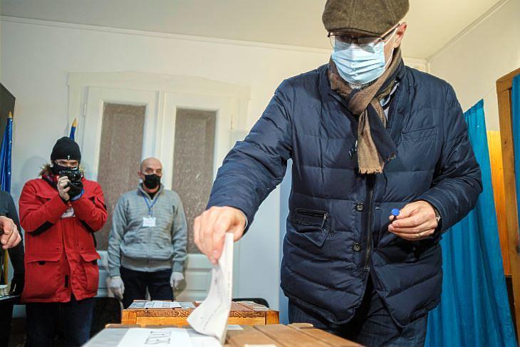 Az ellenzék győzelmét jelzi az exit poll, az RMDSZ épphogy csak bejutott a parlamentbe (fotó: MTI)