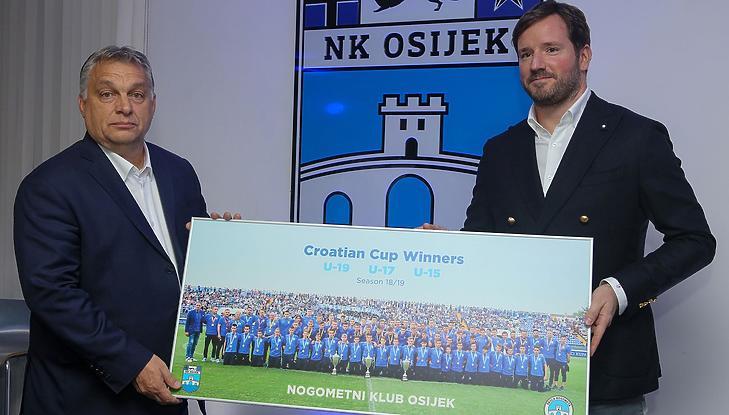 Orbán Viktor nemrég az eszéki fociklubot látogatta meg - Orbán Viktor és Ivan Mestrovic (Fotó: NK Osijek)
