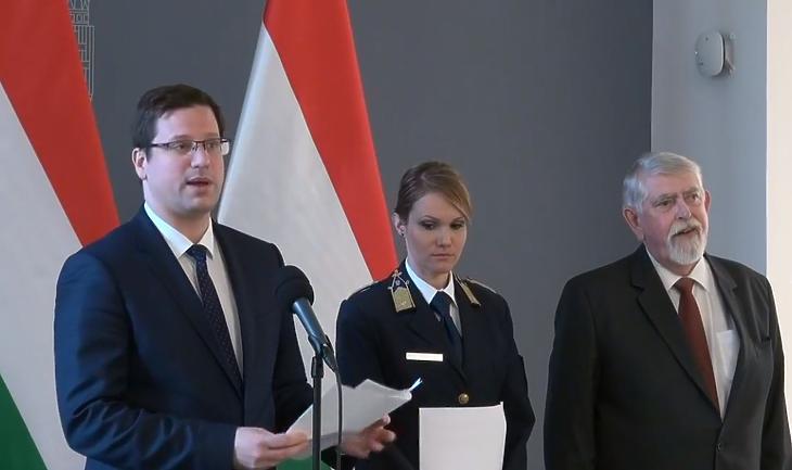 Gulyás Gergely, Láng-Bognár Kinga és Kásler Miklós a rendkívüli sajtótájékoztatón. (Forrás: az Index élő Facebook-közvetítése)