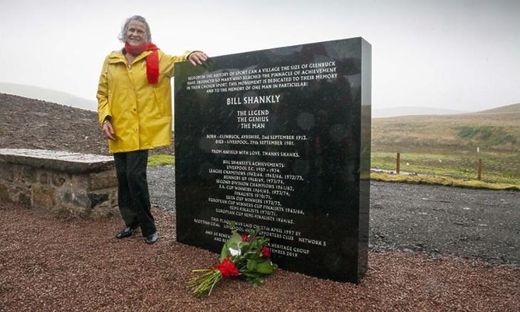 Shankly unokahúga, Barbara Alexander a glenbuck-i emlékműnél (liverpoolfc.com)