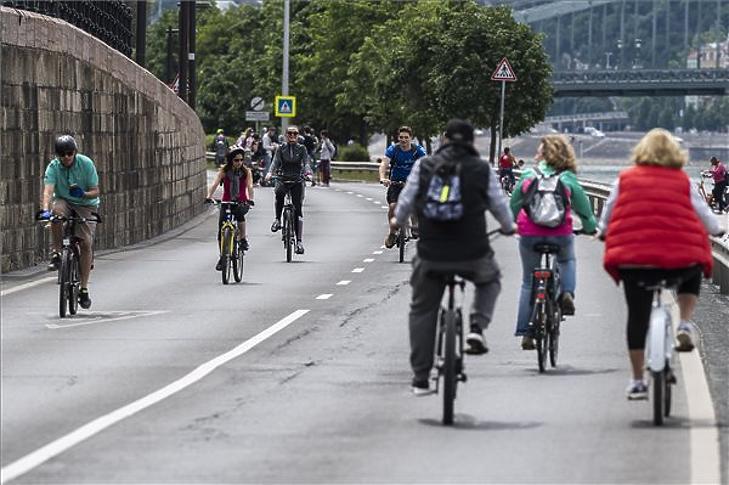 Kerékpárosok közlekednek a gépjárműforgalom elől a hétvégére lezárt pesti alsó rakparton. MTI/Mónus Márton