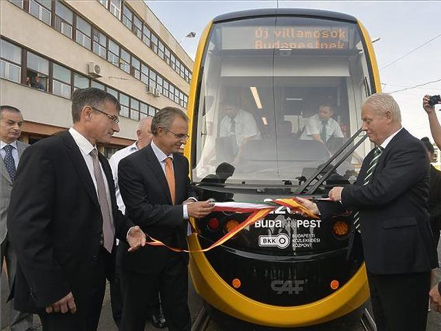 Átadták az új budapesti villamosokat