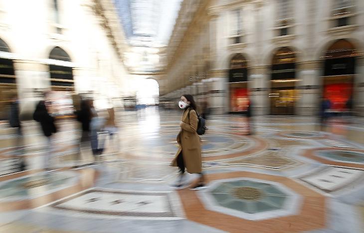 Védőmaszkot viselő turista sétál a szinte néptelen II. Viktor Emánuel passzázson Lombardia székhelyén, Milánóban 2020. március 8-án. (MTI/AP/Antonio Calanni)