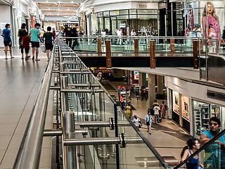Egy, csak egy legény a talpon a bevásárlóközpontok piacán