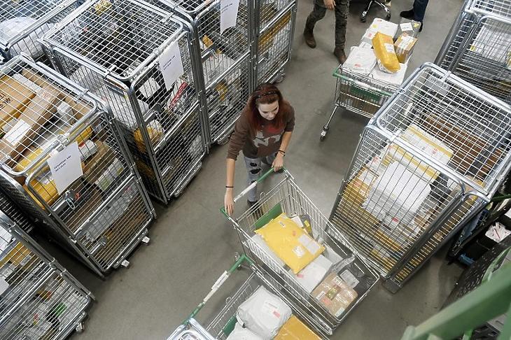 Sok csomag érkezik Kínából Fotó: MTI
