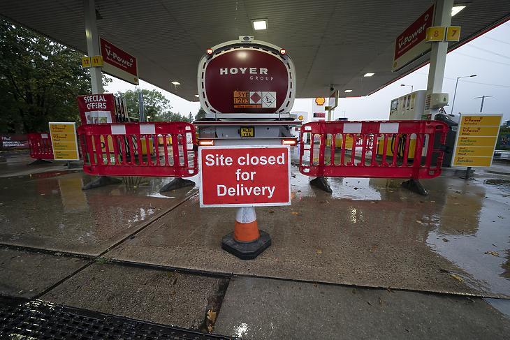 Üzemanyagot szállító tartálykocsi egy manchesteri benzinkúton 2021. szeptember 27-én. Ritka látvány manapság az ilyen a szigetországban. (Fotó: MTI/AP/Jon Super)