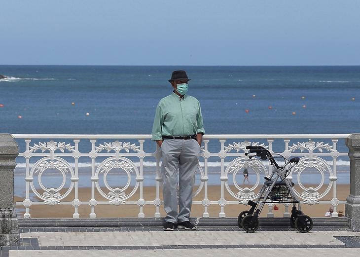 Idős férfi maszkban a la Concha strandon Donostiban, Baszkföldön 2020. május 24-én. (Fotó: EPA/Gorka Estrada)