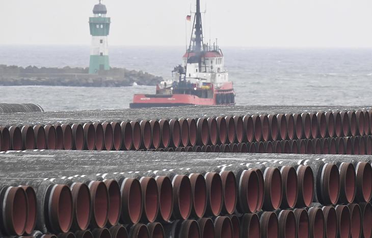 Az Északi Áramlat 2 gázvezeték építéséhez felhasznált csövek a balti-tengeri Rügen-szigeten tavaly decemberben. A vezeték azóta elkészült, már csak a regulátorok áldása kell a beüzemeléséhez. (Fotó: MTI/AP/DPA/Stefan Sauer)