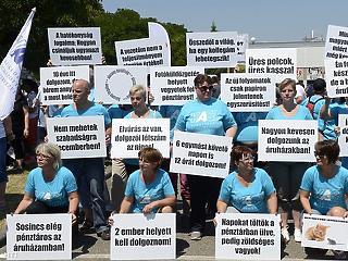 Totális sztrájkot követelnek a Tesco-dolgozók