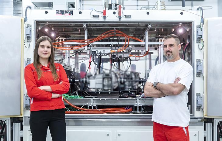 A Műszaki Fejlesztés munkatársai egy elektromos járatópaddal (Fotó: Audi)