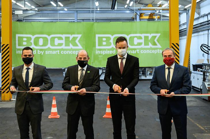 Szijjártó Péter (j2), Hermann Bock, a Bock Hungária Kft. tulajdonosa (b2), Ovádi Péter, a térség fideszes országgyűlési képviselője (b) és Kovács Zoltán, a Fidesz parlamenti képviselője átvágja a szalagot az új üzem átadásán a Bock Hungária Kft. nemesvámosi telephelyén 2020. december 15-én. (Fotó: MTI/Vasvári Tamás)