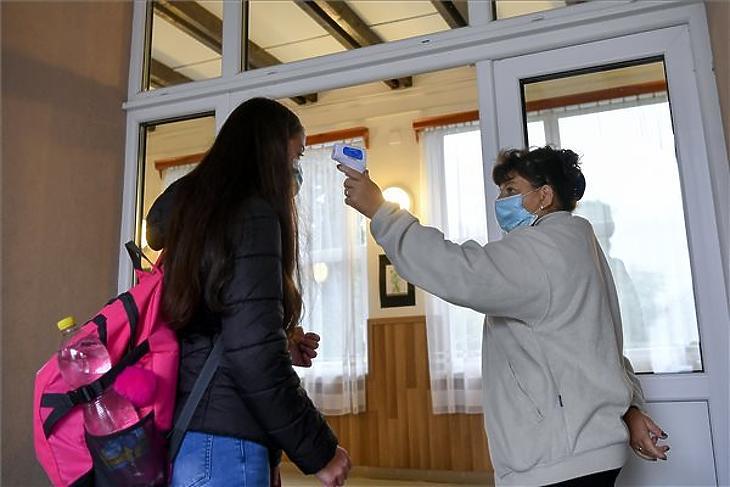 Egy diák testhőmérsékletét mérik érkezéskor a Bagaméri Általános Iskola és Alapfokú Művészeti Iskola bejáratában (Fotó: MTI/Czeglédi Zsolt)
