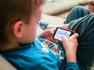 A 3 évnél fiatalabb magyar gyerekek közel fele már rendszeresen okostelefonozik