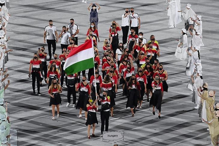 Mohamed Aida tőrvívó és Cseh László úszó viszi a nemzeti zászlót a magyar csapat élén, a XXXII. nyári olimpiai játékok nyitóünnepségén a tokiói Olimpiai Stadionban 2021. július 23-án. A tartalékokkal együtt 178 sportolónk jutott ki az olimpiára - közülük sem ment el mindenki a megnyitóra. MTI/Kovács Tamás