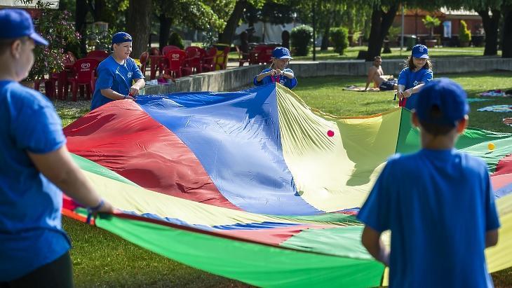 Gyerekek játszanak a zánkai Erzsébet Üdülőközpont és Táborban 2019 nyarán. Vajon idén újra lesznek ilyen programok? MTI/Bodnár Boglárka