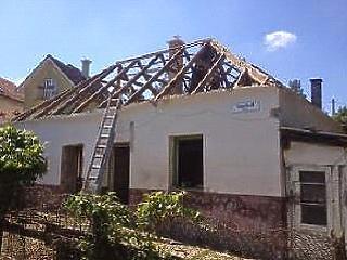 Sokan ragaszkodnak a saját ingatlanhoz – de ha nem tudnak újat venni, korszerűsíteniük kell
