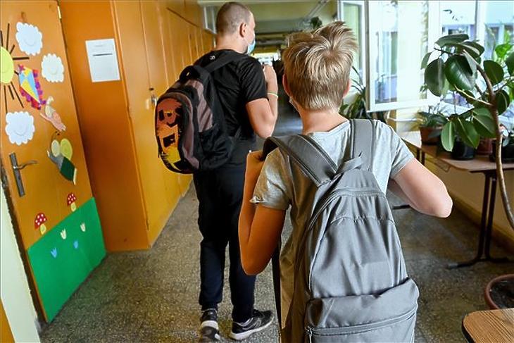 Diákok távoznak, miután átvették tankönyveiket a Gyáli Bartók Béla Általános Iskolában 2020. augusztus 28-án. (Fotó: MTI/Koszticsák Szilárd)