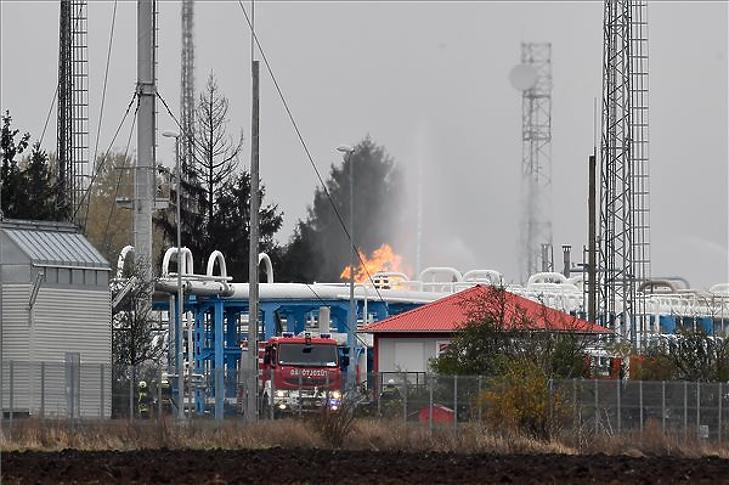 Oltják a tüzet a Mol nagyhegyesi gáztározójában 2018. november 20-án. (Fotó: MTI/Czeglédi Zsolt)